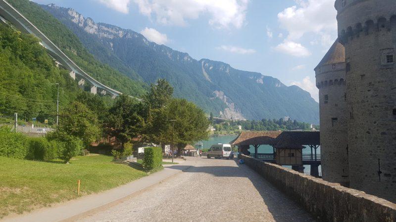 Le viaduc autoroutier au dessus du château de Chillon