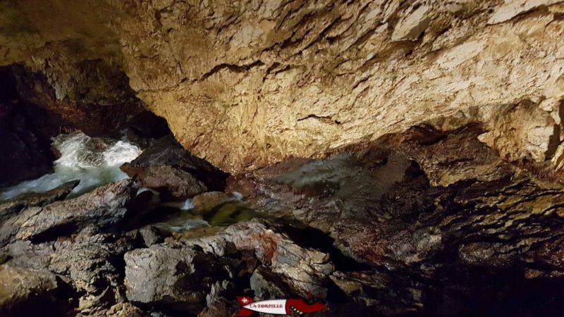 Les eaux tumultueuses de l'Orbe à l'intérieur des grottes.