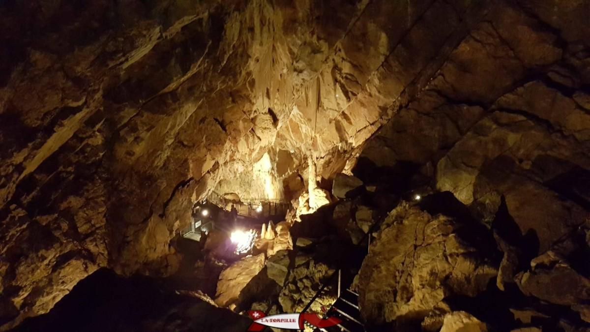 Le chemin dans les grottes de Vallorbe dans le canton de Vaud
