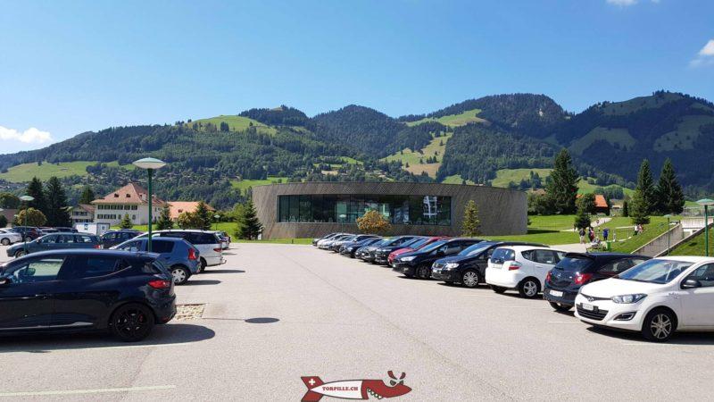 Grand parking à côté des bains.bains thermaux de la gruyère - Charmey