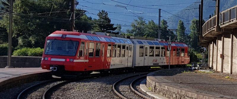 Le train Mont-Blanc Express en gare de Vernayaz. L'arrêt des Marécottes permet de rejoindre le zoo et piscine des Marécottes