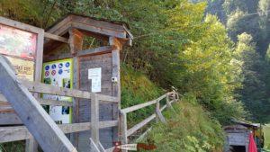 La porte d'accès aux gorges du durnand à côté du restaurant.