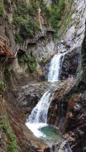Les marmites creusées par le frottement de petites pierres et la force de l'eau dans les gorges du durnand