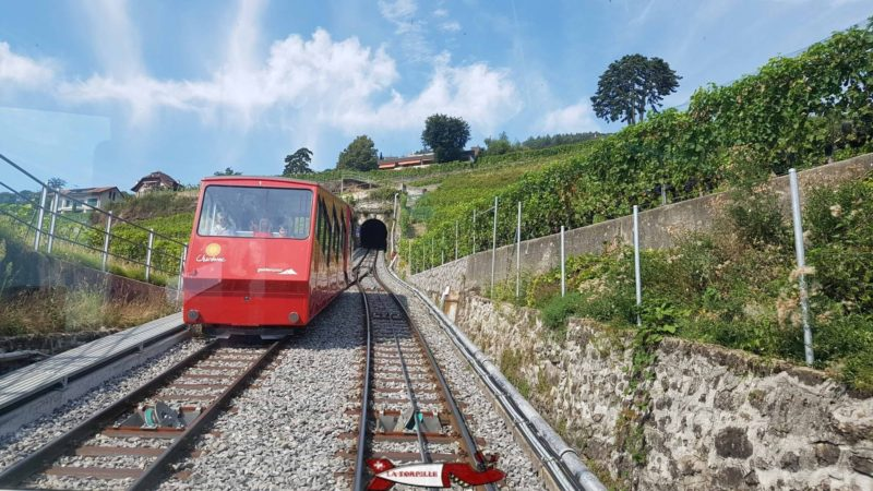 The descending car of the funicular of Mont-Pelerin crossing the ascending car in the middle of the vineyard.