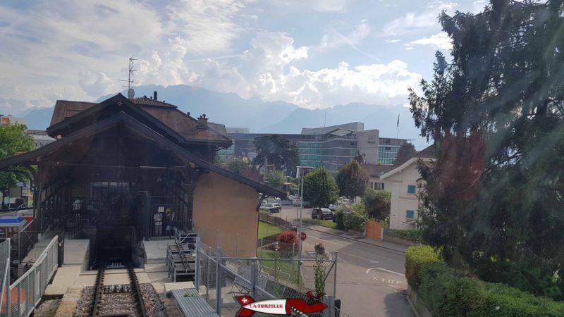 Gare de départ du funiculaire Vevey Mont-Pelerin avec le batiment de Nestlé