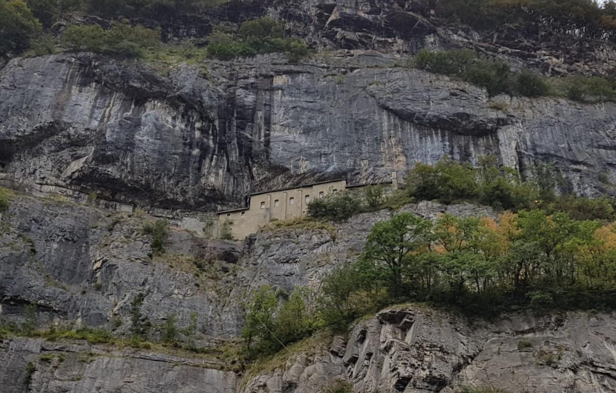 Les canons d'artillerie du fort du Scex sont situés tout proche de la chapelle Notre-Dame du Scex - forts militaires de suisse romande