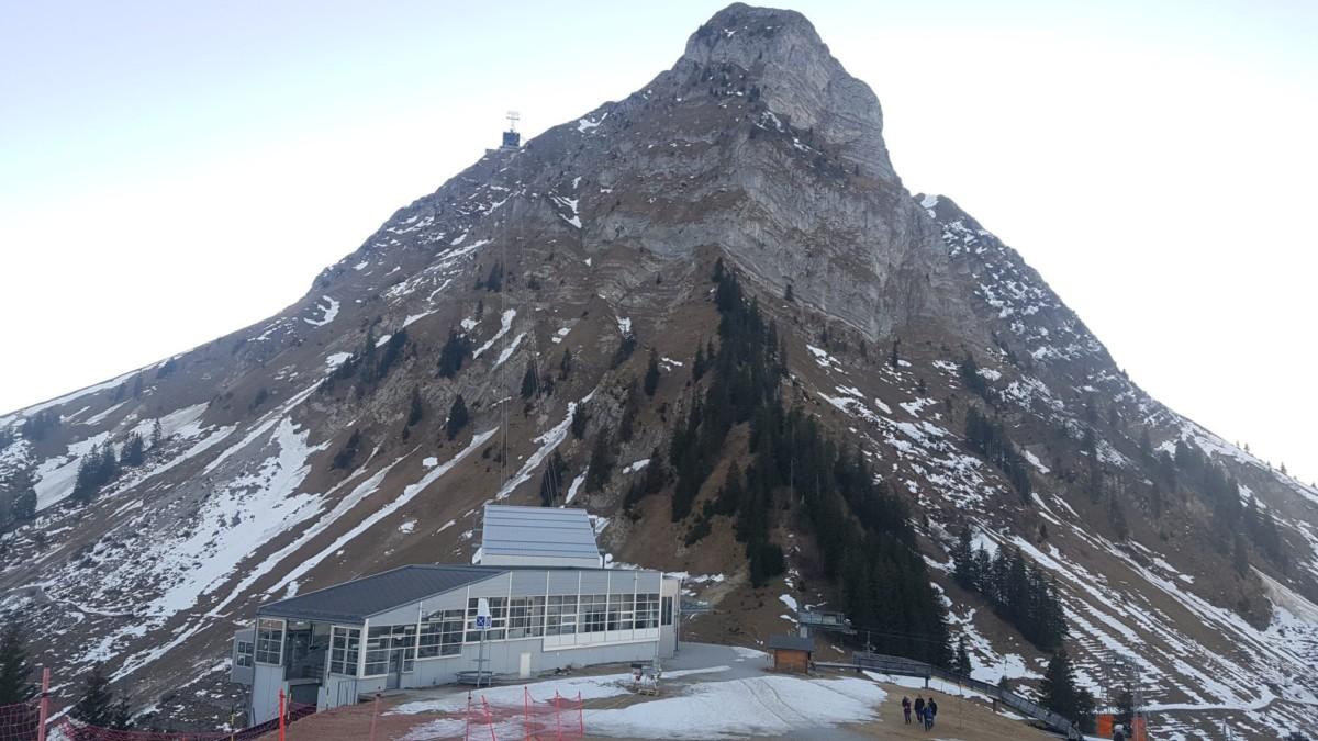 Le Moléson depuis le sommet du funiculaire. Un téléphérique permet d'accéder au sommet à près de 2000 mètres d'altitude.