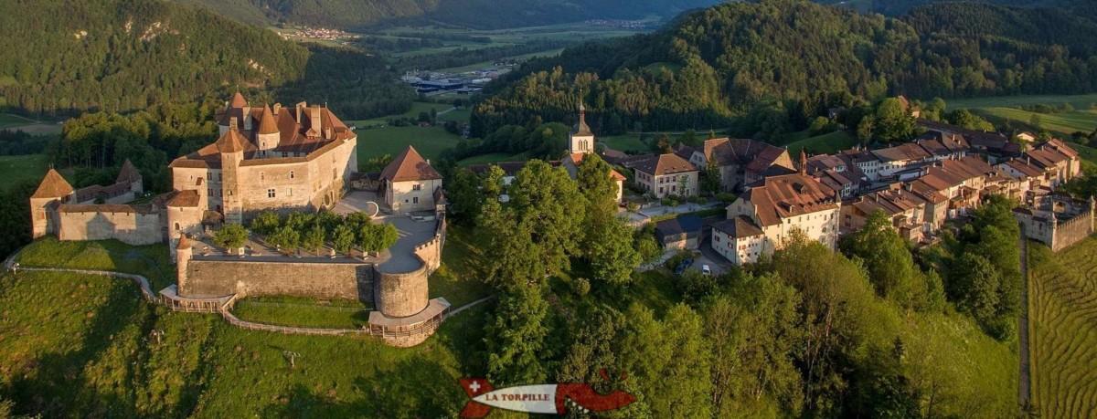 Le château de Gruyères avec la vieille ville attenante.