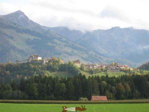 Le château de Gruyères sur son éperon rocheux.