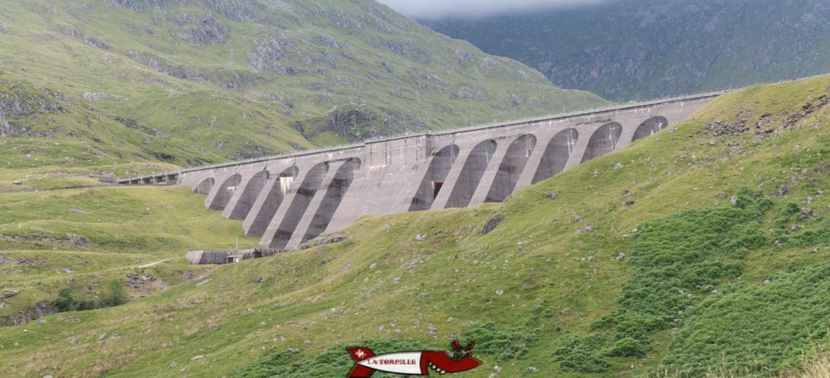 Le barrage Cruachan en Écosse avec les arches côté aval