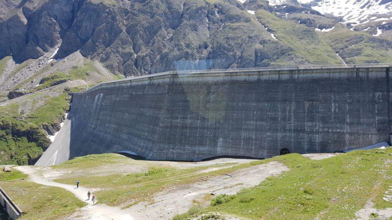 Barrage de la grande dixence de type Poids contrairement au barrage de Mauvoisin de type voute.
