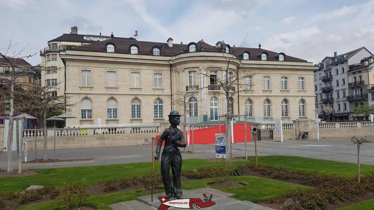 L'Alimentarium avec la statue en mémoire de Charlie Chaplin.