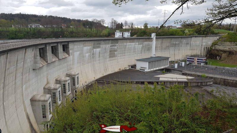 Le barrage de Schiffenen depuis le côté dans la commune de Guin.