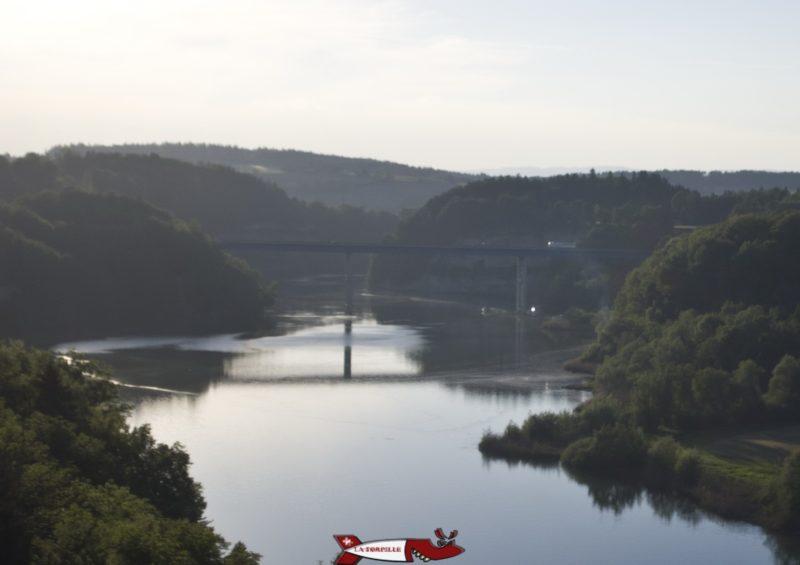 Le pont sur le lac formé par le barrage de Schiffenen