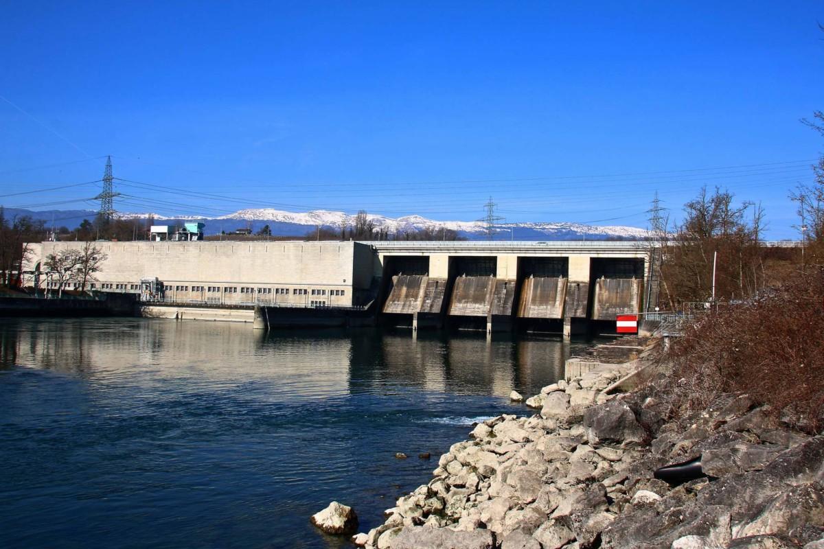 Le barrage de Verbois turbinant les eaux du Rhône avec son usine au fil de l'eau.