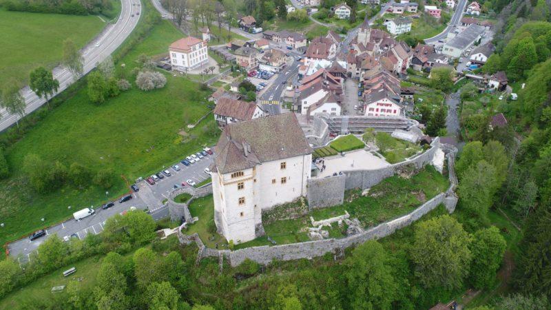 Le château de Valangin avec la vieille ville juste derrière.