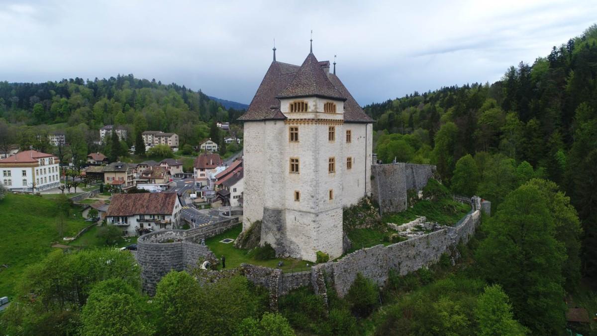 Le château de Valangin avec les murailles qui l'entourent.