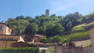 Le château de la Bâtiaz depuis le bourg de Martigny