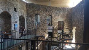L'intérieur du château de la Bâtiaz recyclé en taverne