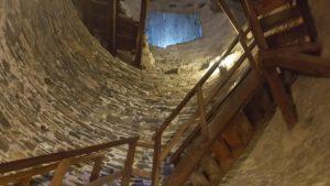 Escaliers en bois menant au sommet du donjon du château de la Bâtiaz