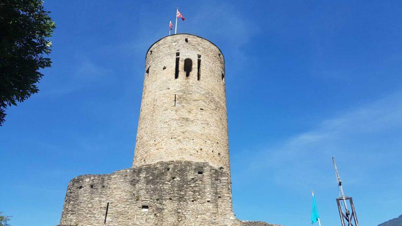 Le donjon du château de la batiaz similaire à celui du château de Saxon