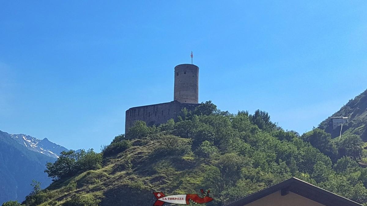 Le château de la Bâtiaz avec son impressionnant donjon depuis lequel on peut profiter d'une magnifique vue sur la vallée du Rhône.