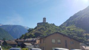 chateau de la batiaz depuis la vielle ville de Martigny proche de la gare des Fumeaux du train mont-blanc express