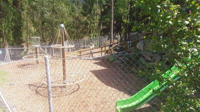 la place de jeux du zoo et piscine des marécottes