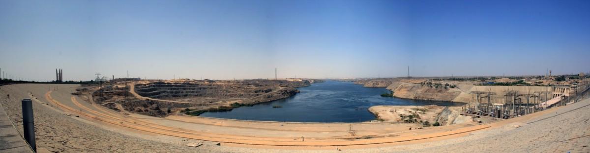 Le côté aval du barrage D'Assouan en plein désert