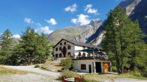 L'hôtel de Mauvoisin, point de départ de l'accès à pied au barrage de Mauvoisin.
