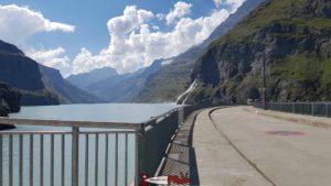 Le couronnement du barrage de Mauvoisin
