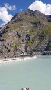 La retenue du barrage de Mauvoisin complètement pleine en au mois de septembre.