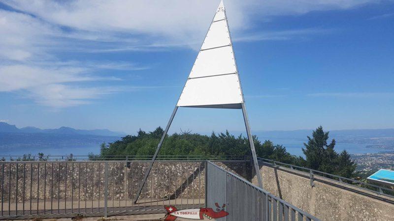Le sommet de la tour de Gourze avec une table d'orientation sur la droite.