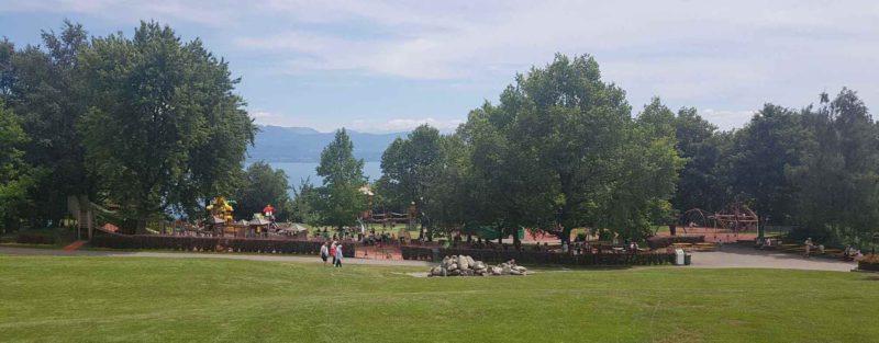 la place de jeux du Signal avec la vue sur le lac.