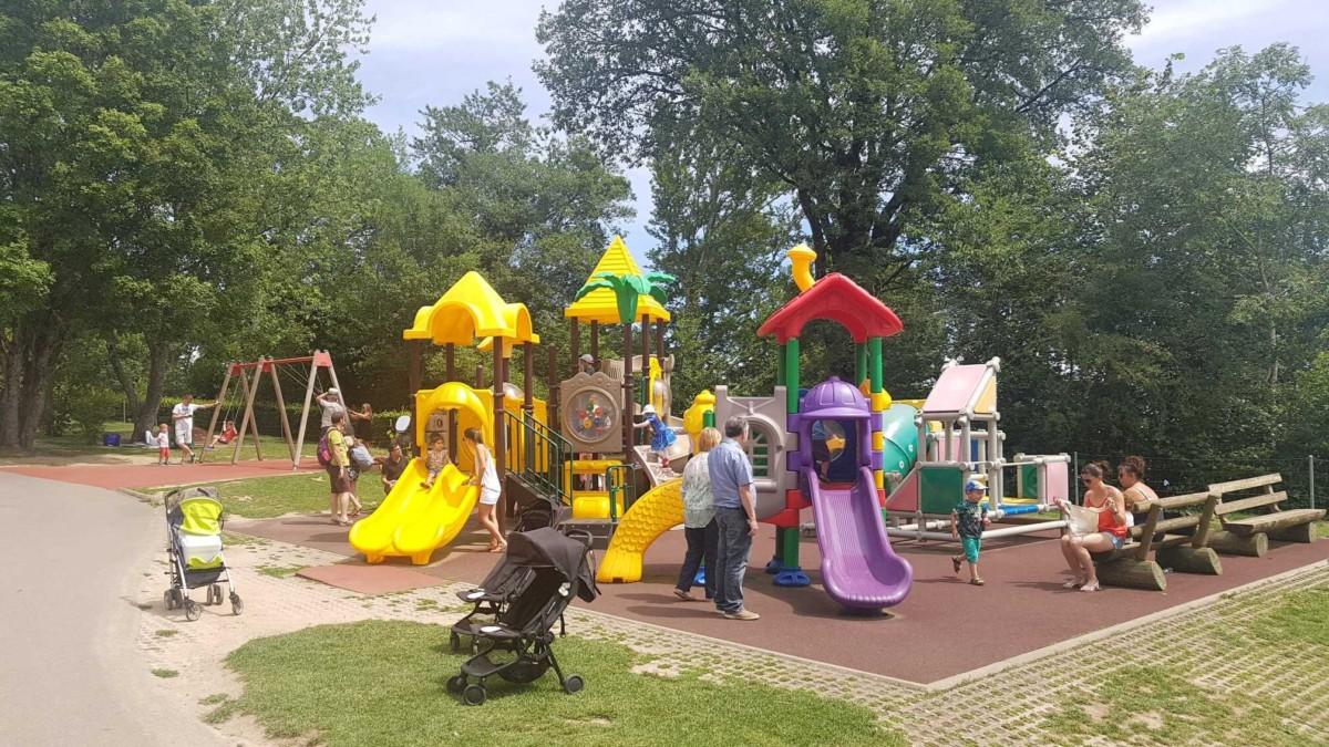 Le Signal de Bougy propose une grande place de jeux avec quelques attractions pour les tout-petits.