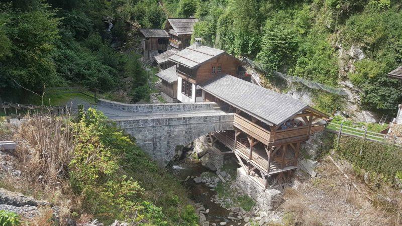 Le vieux pont en pierre menant aux moulins de la Tine.