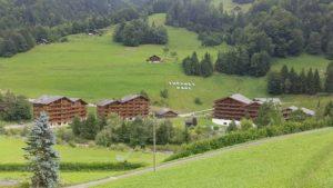 Les bâtiments entourant les bains thermaux de Val d'Illiez au fond de la vallée