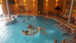 Le bassin intérieur depuis la buvette aux bains thermaux de Val d'Illiez