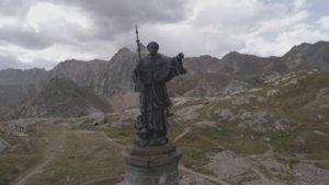 La statue de Bernard de Menthod près de l'Hospice du Grand-Saint-Bernard