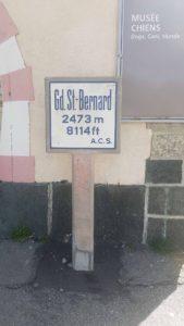Panneau routier au col du Grand-Saint-Bernard à l'Hospice du Grand-Saint-Bernard