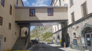 Le passage sur la route de l'auberge près de l'Hospice du Grand-Saint-Bernard
