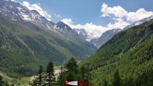 Vue sur les montagnes au dessus d'Arolla depuis le lac bleu d'Arolla