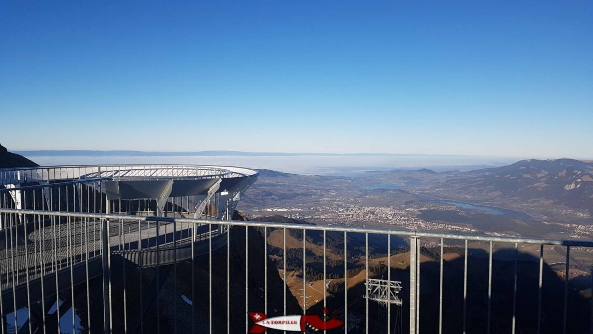 La terrasse panoramique du Moléson avec la vue sur la Gruyère avec le lac et la ville de Bulle.