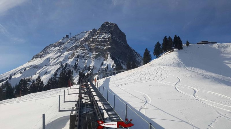 The funicular track with the Moléson in the background. The latter is located at an altitude of 2002 metres .