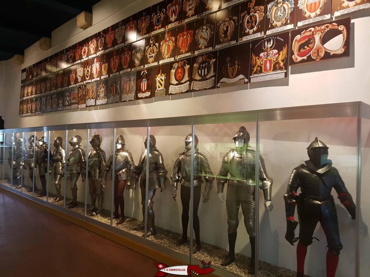 La salle du château de Grandson exposant des armures et armes de l'époque des guerres de Bourgogne.