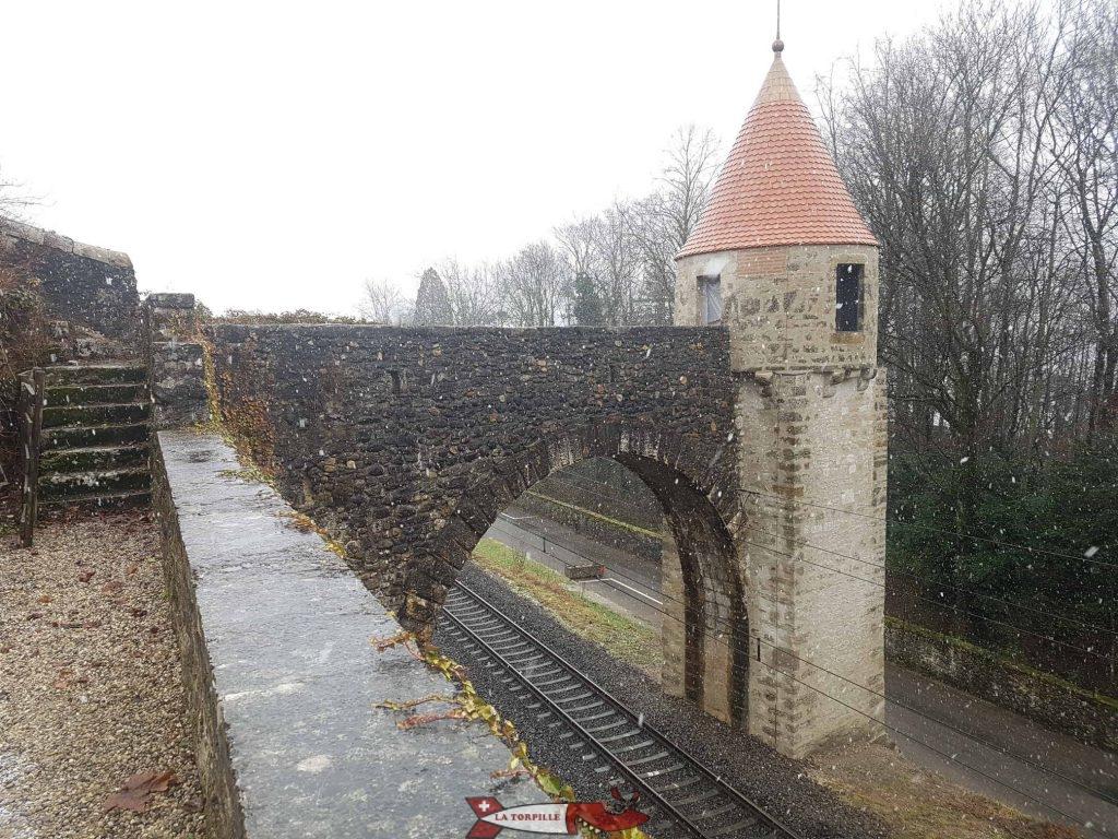 Le voie de chemin de fer entre les fortifications basses du château de Grandson et le lac.