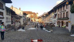 Le village de Gruyère en dessous du château de Gruyère