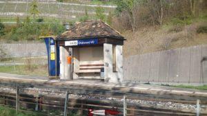 La halte à côté du château du Châtelard sur la ligne Montreux - Les Rochers de Naye.