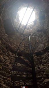 Les escaliers métalliques dans la Tour Bayard et la passerelle à Farinet.