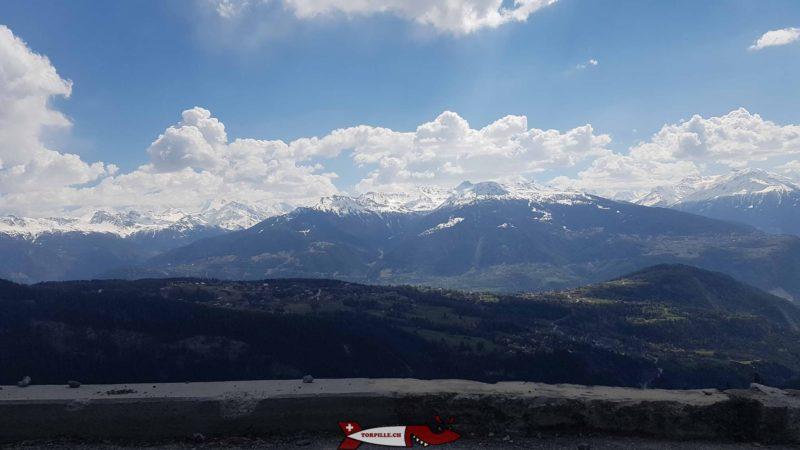 Vue sur les Alpes depuis la route montant au barrage de Tseuzier